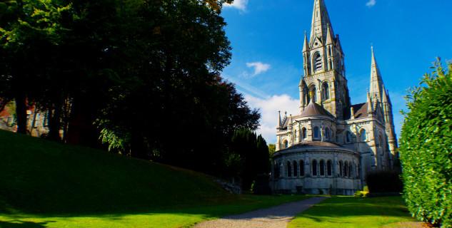 Katedrála St Fin Barre - https://commons.wikimedia.org/wiki/File:Saint_Fin_Barre%27s_Cathedral.jpg