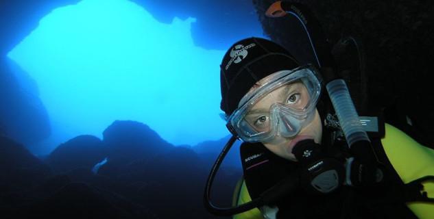 Podmořské jeskyně Nereo - https://commons.wikimedia.org/wiki/File:Ingresso_grande_Grotta_di_Nereo.jpg
