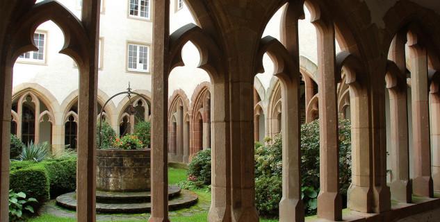 Trinitářský kostel a klášter Vianden - https://www.flickr.com/photos/jamesstringer/2851904719/in/photolist-5m61Kq-5m1KV2-5m1Kwr-5m1HHF-5m61co-5m1Hji-5m61my-5m5YJj-5m63a9-5m625L