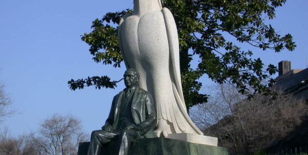 Socha zakladatele muzea - http://commons.wikimedia.org/wiki/File:Museu_Calouste_Gulbenkian_-_Statue_of_the_Founder_(Auto_Exposure).jpg