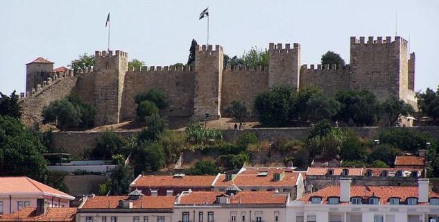 Zámek São Jorge - http://commons.wikimedia.org/wiki/File:LisbonCastle.jpg