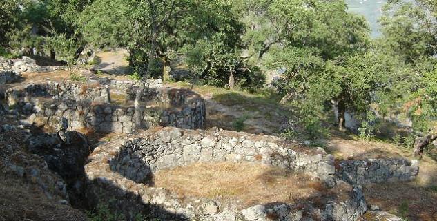 Zřícenina Citania Briteiros - http://pt.wikipedia.org/wiki/Ficheiro:Citania_briteiros_ruinas.jpg