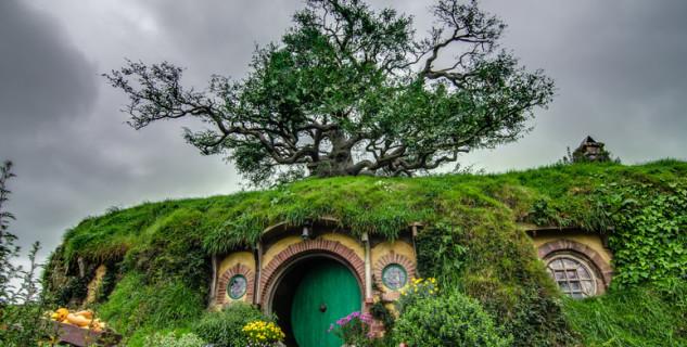 Hobití nora Dno pytle - https://en.wikipedia.org/wiki/Shire_%28Middle-earth%29#/media/File:Hobbiton,_New_Zealand.jpg