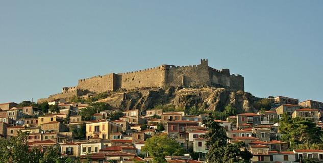 byzantsko-janovský hrad - https://commons.wikimedia.org/wiki/File:Molyvos.jpg?uselang=cs