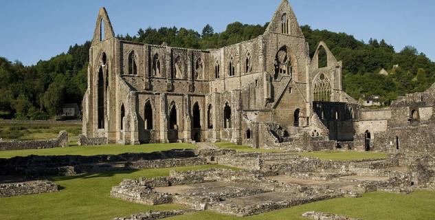 Tinternské opatství - http://commons.wikimedia.org/wiki/File:Tintern_Abbey_and_Courtyard.jpg