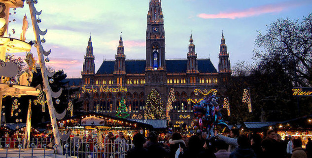 Vídeňské vánoční trhy - radnice - http://commons.wikimedia.org/wiki/File:Rathaus_Christmas_Market.jpg