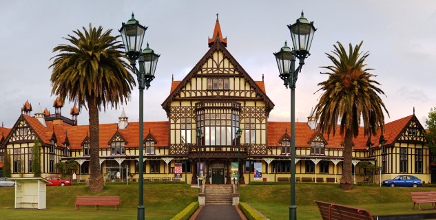 Rotorua muzeum - https://en.wikipedia.org/wiki/Rotorua#/media/File:Rotorua_museum.jpg