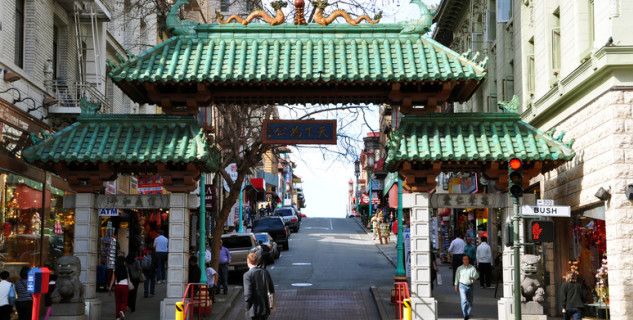 Chinatown SF brána Dragon Arch - http://commons.wikimedia.org/wiki/File:1_chinatown_san_francisco_arch_gateway.JPG