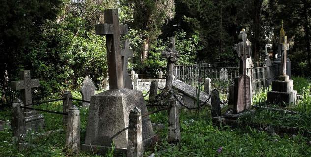 Britský hřbitov plný orchidejí - https://commons.wikimedia.org/wiki/File:British_Cemetery_Corfu_Town_26.jpg?uselang=cs