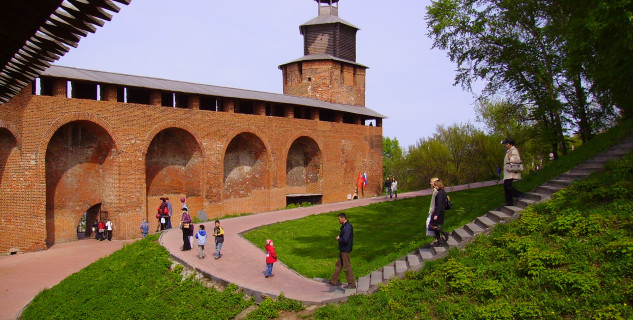 Kreml - https://en.wikipedia.org/wiki/Kremlin#/media/File:Nizhny_Novgorod_Clock_Tower_3.JPG