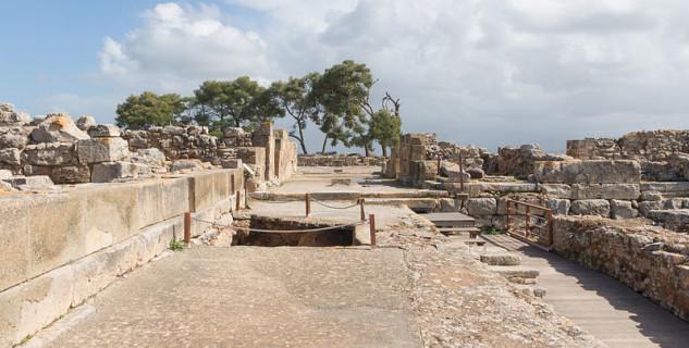 Minojský palác Faistos - https://commons.wikimedia.org/wiki/File:Festo_stegop-28-2.jpg