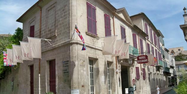 Hôtel d´Europe - https://en.wikipedia.org/wiki/H%C3%B4tel_d'Europe#/media/File:H%C3%B4tel_Amat_de_Graveson.JPG