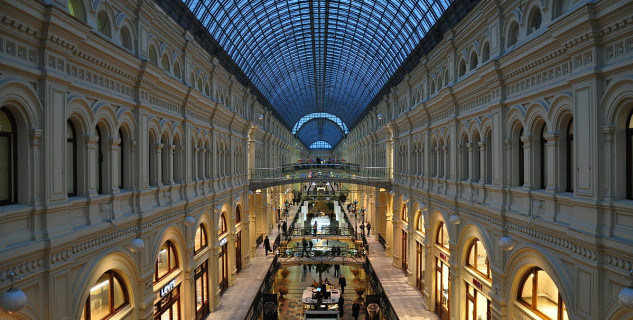 GUM, Moskva - https://commons.wikimedia.org/wiki/File:Moscow_GUM_indoor_gallery.JPG