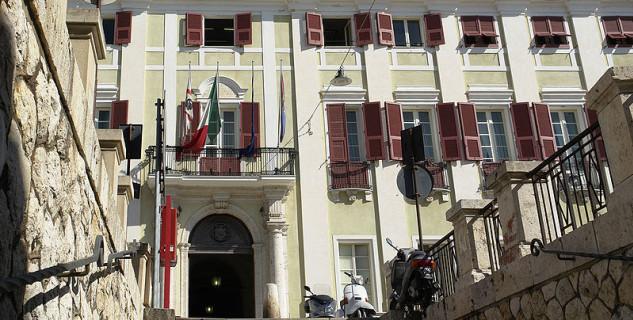 Královský palác - https://commons.wikimedia.org/wiki/File:Cagliari_Regierungspalast.jpg