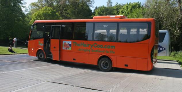 Bus s logem cestovní agentury - https://www.geograph.org.uk/photo/5787951