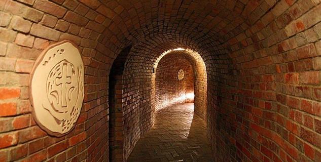 podzemí, Sandoměř, Polsko - https://commons.wikimedia.org/wiki/File:Sandomierz,_Podziemna_trasa_turystyczna_-_fotopolska.eu_(225533).jpg