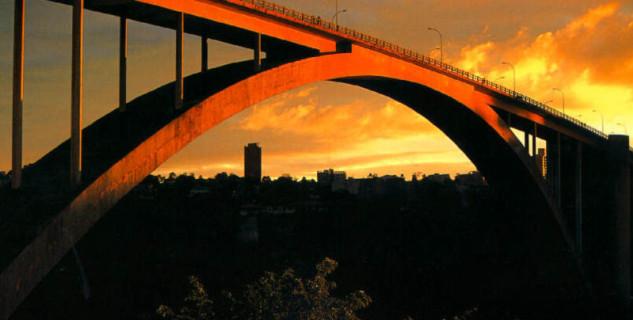 Most přátelství Brazílie - Paraguay - https://commons.wikimedia.org/wiki/File:Ponte_da_amizade.jpg
