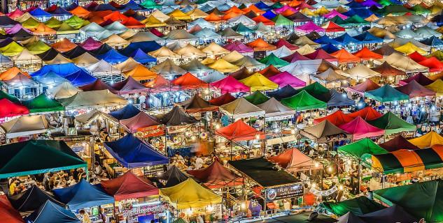 Ratchada Train Night Market v Bangkoku - https://commons.wikimedia.org/wiki/File:Train_Night_Market_Ratchada_(34079339800).jpg