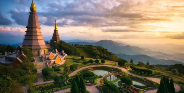 Královské chedi na hoře Doi Inthanon - https://www.flickr.com/photos/93595369@N07/25521210223/