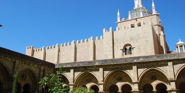 Katedrála Se Velha - https://commons.wikimedia.org/wiki/File:S%C3%A9_Velha_de_Coimbra_-_Claustro.jpg