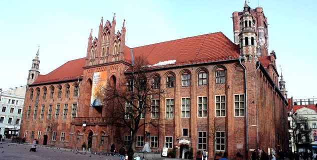 Toruňská radnice - https://commons.wikimedia.org/wiki/File:Ratusz_torun.JPG?uselang=cs