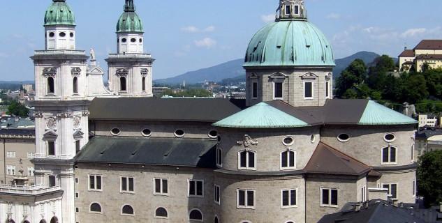 Salzburgská katedrála - https://commons.wikimedia.org/wiki/File:Salzburg_Cathedral_as_seen_from_Festungsgasse.jpg?uselang=cs