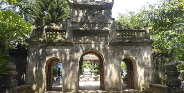 Brána vedoucí k pagodě Thuy Son na Marble Mountains ve Vietnamu - https://www.flickr.com/photos/-jvl-/10367781355/
