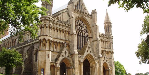 Katedrála St. Albans - https://commons.wikimedia.org/wiki/File:St_Albans_Cathedral_06.jpg