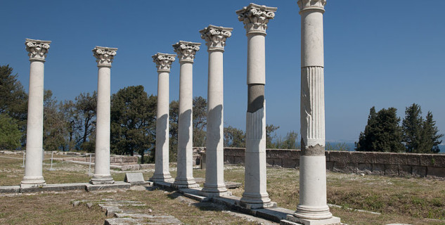 Ruiny Asklepieion - https://commons.wikimedia.org/wiki/File:Asklepion,_Kos,_Greece_(5652986451).jpg