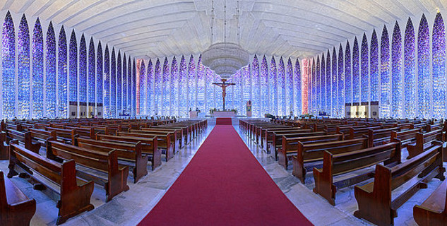kostel Dona Bosca, Brasilia, Brazílie - https://commons.wikimedia.org/wiki/File:Santu%C3%A1rio_Dom_Bosco_Bras%C3%ADlia_panoramic_inner_view.jpg
