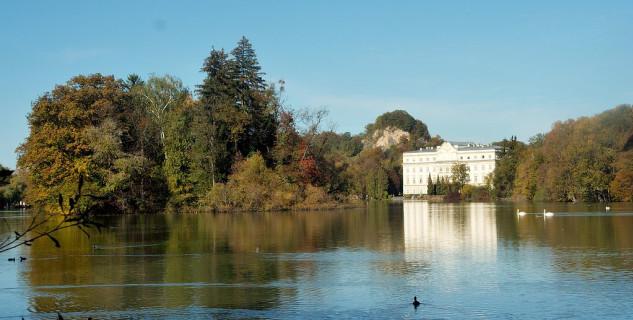 Zámek Leopoldkrone - https://commons.wikimedia.org/wiki/File:Salzburg_Schloss_Leopoldskron_und_Weiher.jpg?uselang=cs