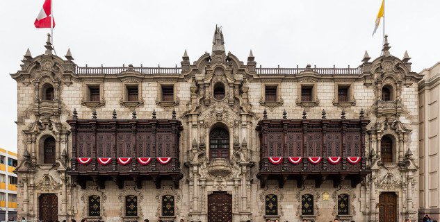 Arcibiskupský palác na Plaza de Armas - https://commons.wikimedia.org/wiki/File:Palacio_Arzobispal,_Lima,_Perú,_2015-07-28,_DD_62.JPG
