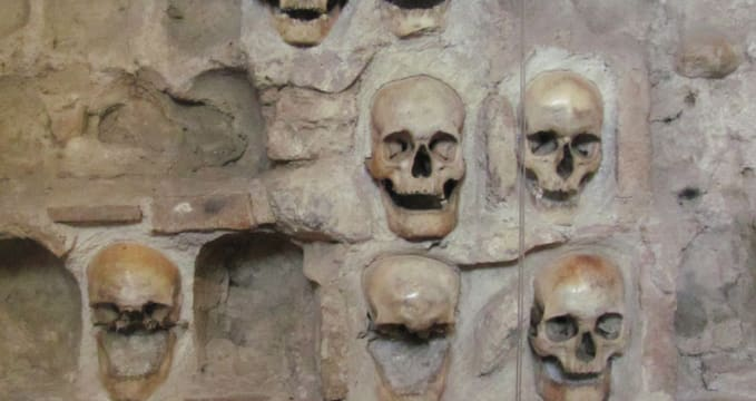ćele kula - https://commons.wikimedia.org/wiki/File:Nis_skull_tower.jpg