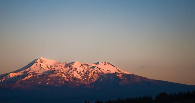 Západ slunce nad Mount Ruapehu - https://commons.wikimedia.org/wiki/File:Mt._Ruapehu_daybreak_from_the_Officers'_Mess,_Waiouru,_New_Zealand,_24th._Nov._2010_-_Flickr_-_PhillipC.jpg