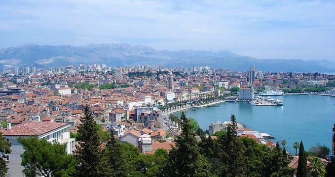 Výhled na Split z vrcholku Marjan - https://commons.wikimedia.org/wiki/File:SplitM1.jpg