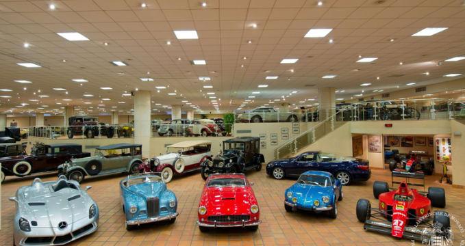 Automobilové muzeum - http://www.palais.mc/en/museum-and-visits/private-collection-of-antique-cars-1-27.html