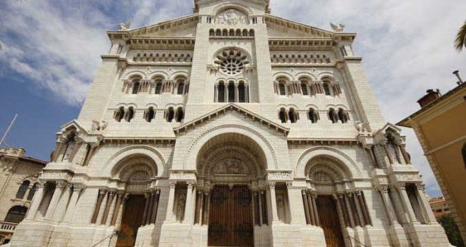 Monacká katedrála - http://commons.wikimedia.org/wiki/File:Monaco_Cathedral_2.JPG