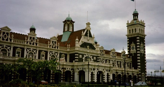 Dunedinské nádraží - https://commons.wikimedia.org/wiki/File:Dunedin_Railway_Station.jpg