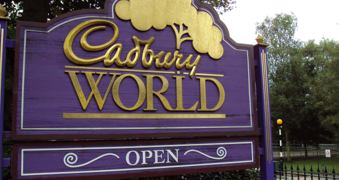 Vstup do továrny na čokoládu - https://en.wikipedia.org/wiki/Cadbury_World#/media/File:Cadbury_World_sign,_Bournville.JPG