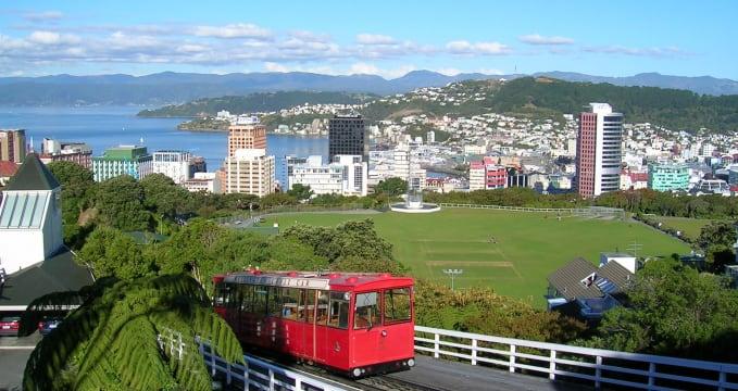 Lanovka nad Wellingtonem - https://en.wikipedia.org/wiki/Wellington_Cable_Car#/media/File:Wellington_NZ-cablecar-topview.jpg