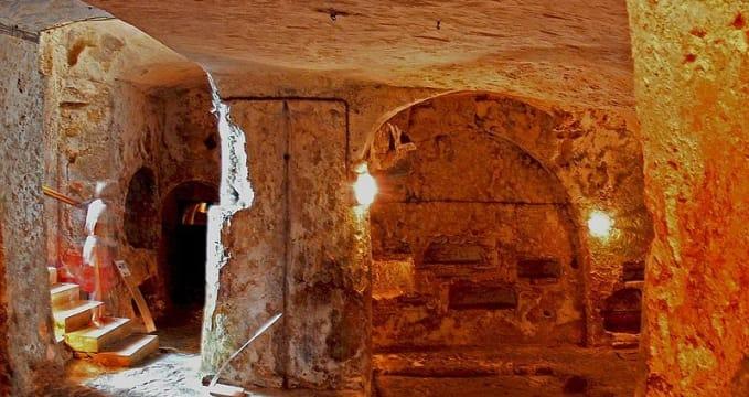 Katakomby Sv. Pavla a Sv. Agáty - http://de.wikipedia.org/wiki/Katakomben_auf_Malta#mediaviewer/File:Sudika_RabatM_St._Paul_Catacombs_1.jpg