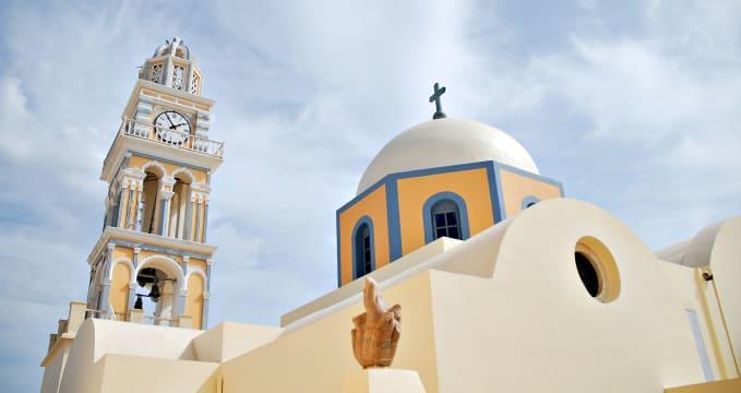 Katedrála sv. Jana Křtitele  - https://commons.wikimedia.org/wiki/File:The_Catholic_Cathedral_(dedicated_to_St._John_the_Baptist)_situated_in_the_Catholic_quarter_of_Fira,_Fira,_Santorini_island_(Thira),_Greece.jpg
