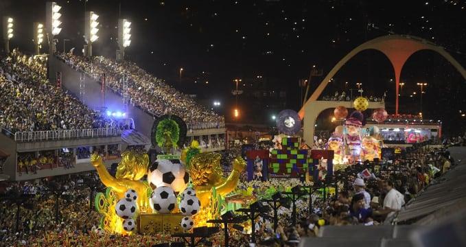 Sambadrome v Rio de Janeiro - https://commons.wikimedia.org/wiki/File:Uniaodailha2014.jpg
