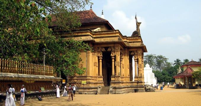 Chrám Kelaniya Raja Maha Vihara  - https://commons.wikimedia.org/wiki/File:Kelaniya_001.jpg