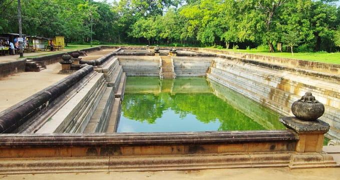 Kuttam Pokuna  - https://commons.wikimedia.org/wiki/File:SRL-anuradhhapura-kuttam-pokuna.jpg