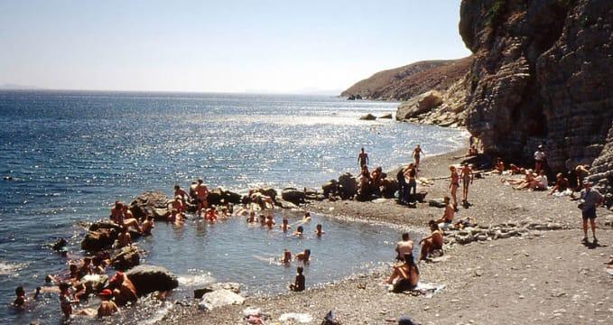 Pláž Embros  - https://commons.wikimedia.org/wiki/File:Therme7.jpg