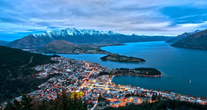Výhled z Remarkables - https://en.wikipedia.org/wiki/Queenstown,_New_Zealand#/media/File:Queenstown_from_Bob%27s_Peak.jpg