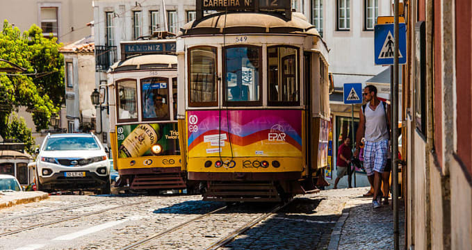 Alfama, tramvaje Remodelado - https://commons.wikimedia.org/wiki/File:Lisboa_-_Alfama_(9590308828).jpg
