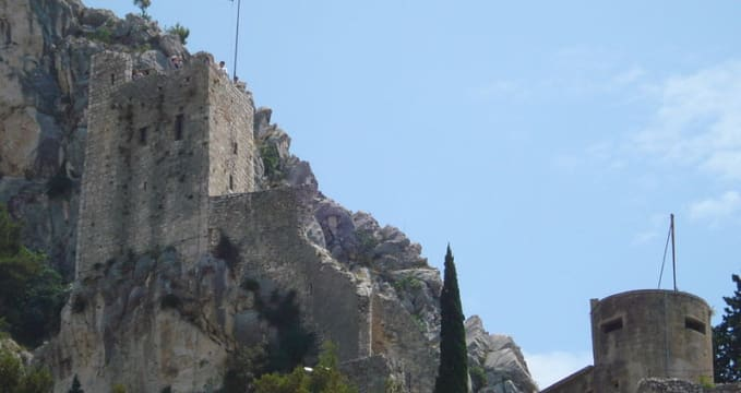 Pevnost Mirabella - https://commons.wikimedia.org/wiki/File:Mirabela_Fortress_(Peovica)_in_Omi%C5%A1_-_sjeverozapad.jpg?uselang=cs