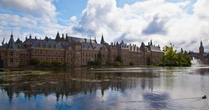 Binnenhof - https://www.flickr.com/photos/transtek/9466177234/in/photolist-fo422b-aZMG8P-bpZq9V-fquCGj-dGRn3V-T2Q2xu-3NkPL-hH8Vc9-2XUZkz-L6eAqG-qSzv3-ixcVrm-fSUjHh-3NkVB-eThZR4-25aoh-bEvKj2-6MgsrB-ah22Zk-6xUUVR-LAQe3-3NpKJ-fyCFA-2gutv5-3NpGD-V5pbH3-omHoyp-btNCk3-fSV1RM-eb8mJD-2gpSRz-7wwDAL-fSVVLn-eb8ny2-2guyWE-eb8pft-4ZH6WQ-kBDXM-w1GcP-9KTdZn-3NpeK-osxPwH-4b9eB4-9KUvCY-7mWV8d-dLgtNn-hXG1R-a5bUBW-7wsPCc-D6Uyb